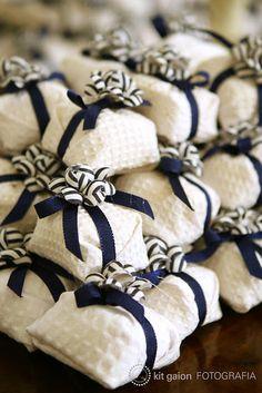 Bem-casados com decor branco e azul http://zankyou.terra.com.br/p/super-dicas-doces-caseiros-no-seu-casamento-e-os-melhores-bem-casados-em-sao-paulo-68511