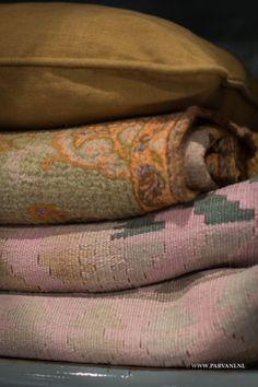 Parvani | Kelim kleed oud roze, oker, groen tinten. Plaid oker, oranje, groen tinten uit India. Kussen oker.