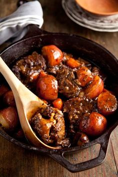 Country Oxtails Recipe - Paula Deen In this recipe, oxtails, Paula Deen's House Seasoning and root vegetables are slow-cooked for fall-off-the-bone tender meat and deep, rich flavors. Serve over hot, buttered rice. Healthy Recipes, Meat Recipes, Cooking Recipes, Cooking Ham, Cooking Turkey, Curry Recipes, Oxtail Recipes Crockpot, Paella, Oxtail Stew
