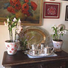 Uma casa com vasos decorados é uma casa feliz!!! Imaginem vocês se ao invés destes vasos mara houvesse apenas aqueles de plástico tristes sem graça... Pois é estes pequenos detalhes fazem a diferença. A decor deste cantinho é linda mas os vasos são a cereja do bolo!  Os potes por aqui acabaram mas logo farei uma nova remessa limitada colorida maravilhosa! Se você tem interesse já pode fazer sua encomenda inbox! Logo mais trarei novidades! Muito feliz por ter meus vasos que faço com tanto amor em
