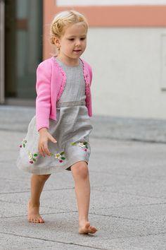 Salzburger Heimatwerk -  Tracht für Kinder Barefoot Girls, The Old Days, Traditional Dresses, Old Things, Fox, Flower Girl Dresses, Children, Wedding Dresses, Fashion