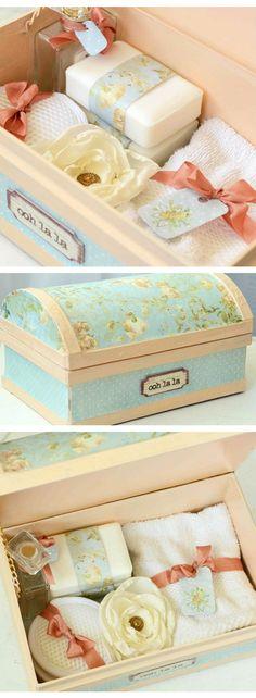 Caja de souvenir con productos de belleza.