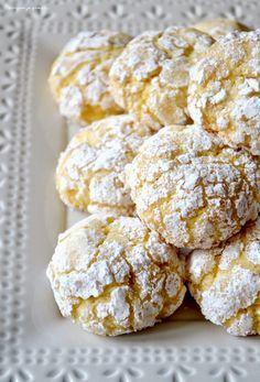 Biscuits moelleux au citron. ~  Biscotti morbidi al limone. - 100 g de beurre mou - 1 œuf - le jus et les zestes d'un citron non traité - 120 g de sucre - 300 g de farine mélangée à un demi sachet de levure chimique - du sucre et du sucre glace dans deux bols séparés