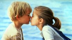 Best friends Thomas (Macaulay Culkin) and Vada (Anna Chlumsky) share their first kiss by the water. Sad Movies, Iconic Movies, Netflix Movies, Movies To Watch, I Movie, Movie Theater, Leonardo Dicaprio En Titanic, Anna Chlumsky, This Little Girl
