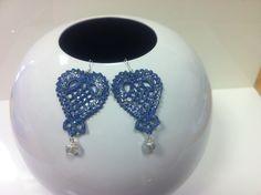 orecchini all'uncinetto,dipinti a mano nei toni del blu jeans,vetrificati,con glitter argentati e pendente trasparente.
