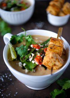 Ultra cremet suppe med alt det gode fra det thailandske køkken: Peanutbutter, kokosmælk, citrongræs, koriander og rød karry. Serveret med satay marinerede tofuspyd og en sprød topping af sukkerærter. Suppen…