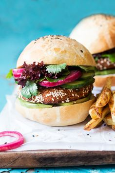 Vegan chickpea burgers can easily compete with a meat burger. They're gluten-free too. Vegan Chickpea Burger, Vegan Burgers, Vegan Vegetarian, Vegetarian Recipes, Healthy Recipes, Chickpea Recipes, Healthy Food, Vegan Recipes Videos, Vegan Dinner Recipes