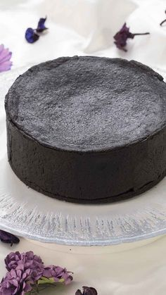 見た目のインパクト大!中を覗いて見るとベイクドチーズケーキでもないレアチーズでもない、滑らかなベイクドレアチーズケーキ!