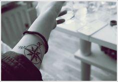 Modèle de tattoo boussole sur le poignet https://tattoo.egrafla.fr/2016/01/14/modele-tatouage-boussole-rose-des-vents/