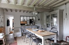 Decorate a home in modern rustic style dining room raw beam ceiling Shabby Chic, Shabby Home, Houses In France, Modern Rustic Decor, Rustic Industrial, Industrial Lighting, Interior Decorating, Interior Design, French Interior