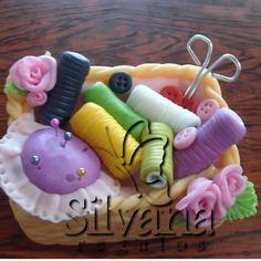 Adorno para torta costurero con flores en porcelana fria