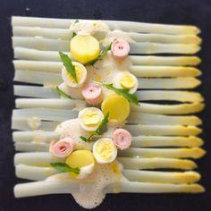 Asperges met kwartelei, aardappel, ham en schuimige parmezaan: #food; #hautecuisine; #foodart