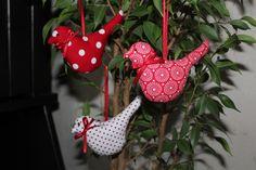 Drei süße handgenähte Vögel nach Tilda mit Schlaufe aus Satinband zum Aufhängen.  Die Vögel wurden aus zusammen abgestimmten Baumwollstoffen in den...