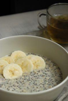Le matin, c'est un peu le casse-tête pour choisir ce que je vais manger pour le petit déjeuner. Je me lasse des céréales du commerce (trop riches en sucres et mauvaises graisses à mon goût en plus...), je n'ai pas souvent du pain frais à la maison, etc......