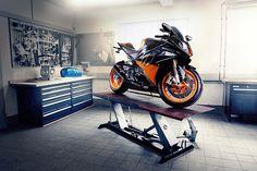 BMW in a badass garage. Motorcycle Workshop, Motorcycle Shop, Motorcycle Garage, Garage Atelier, Benz, Ferrari, Ultimate Garage, Audi, Bike Shed