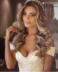 De mooiste inspiratie voor jullie sprookjesbruiloft - Honeymoon shop Bridal Hair Down, Wedding Hair Down, Wedding Hairstyles For Long Hair, Elegant Hairstyles, Wedding Hair And Makeup, Down Hairstyles, Tiara Hairstyles, Wedding Hair Curls, Long Bridal Hair