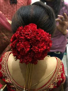 A bridal hairdo is very important on the D Day. And the best is when it matches with your attire. Bridal Hairstyle Indian Wedding, Bridal Hair Buns, Bridal Hairdo, Indian Wedding Hairstyles, Bridal Hairstyles, Plaits Hairstyles, Hairdos, Bridal Hair Inspiration, Makeup Inspiration