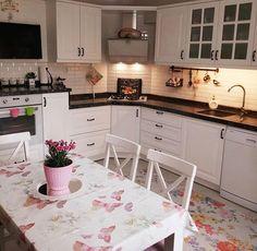 Renkli desenlerle şenlenen bir mutfak. @mercankosku hanımın dekoru evgezmesi.comda! (Profilimizdeki linke tık) #evgezmesicom #evgezmesi