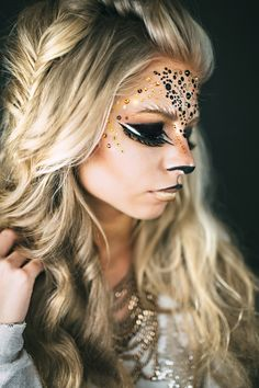 Lion and cat-inspired makeup for Halloween costumes. DIY and so fierce! Lion and cat-inspired makeup for Halloween costumes. DIY and so fierce! Halloween Makeup Clown, Maquillaje Halloween, Halloween Inspo, Halloween Party Themes, Lion Halloween, Halloween Games, Halloween Backdrop, Halloween Punch, Group Halloween