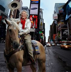 Remembering Liz Smith, (riding Blondie, a palomino American quarter horse, in Times Square), Vanity Fair November (Photo Annie Leibovitz) Annie Leibovitz Portraits, Annie Leibovitz Photography, Anne Leibovitz, Liz Smith, Best Portrait Photographers, American Quarter Horse, Corporate Headshots, Richard Avedon, Fashion Shoot