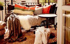 Un divano arredato con plaid, cuscini e tappeti di pelle di pecora - IKEA
