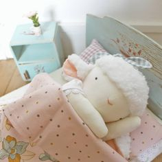 O que será que um carneirinho sem sono faz? Conta humaninhos? 🙃♥️ . . . . . #madewithlove #handcrafted #momlife #dollmaker #naturaltoys #organicbaby #decoraçãoafetiva #maternashop #empreendedorismomaterno #nurserydecor #heirloomdolls #kidsdecor #babygirl #babyboy #lesmarchandes #dodolafaitmain Organic Baby, Toddler Bed, Teddy Bear, Furniture, Home Decor, Sleep, Baby Dolls, Dressmaking, Child Bed