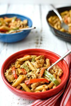 Chicken and Peppers in White Sauce is a delicious dinner! The sauce has a surprise ingredient in it that you just won't believe ! Chicken White Sauce, Creamy Chicken, Cabbage Side Dish, Chicken Chunks, Dinner On A Budget, Budget Dinners, Dinner Ideas, Chicken Recipes Video, Cabbage Casserole