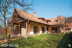 A Budapest környéki településen, a falu és az erdő határán fekvő telekre épült a tetőtér-beépítéses családi ház, amely belesimul a környezetbe.