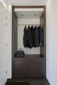 Garderobemeubel in hal, particuliere klant Hoogerheide Foyer Design, Diy Design, House Design, Small Entryways, Small Hallways, Interior Design Living Room, Living Room Designs, Coat And Shoe Rack, Small Appartment