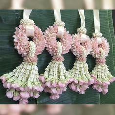 งานมาลัยบ่าวสาววันนี้ ลูกค้ามีแบบมาให้ค่ะ และบอกว่าเปลี่ยนรายละเอียดเล็กน้อยจากแบบที่ให้มา เลยได้ออกมาอย่างที่ลูกค้าต้องการ ขอบพระคุณที่ไว้ใจ พวงมาลัยภาณุมาศนะคะ #panumard #fresh #flowers #thailand #garland #orchid #pink #wedding