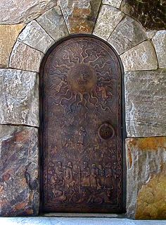 Porta de bronze da torre do sino da Capela Barbara Johnson Prickett, no campus da Escola Westminster em Atlanta, estado da Georgia, USA. A porta da torre está um pouco escondida. Certifique-se de dar-lhe uma boa olhada. Olhe atentamente. É um lindo trabalho.  Escultor: Deran Wright.  Fotografia:
