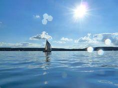 가을 햇살을 느낄 수 있는 파란 하늘과 바다