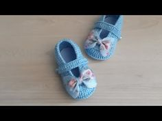 YouTube Crochet Baby Sandals, Crochet Baby Clothes, Crochet Shoes, Knitted Booties, Knit Boots, Baby Booties, Baby Girl Shoes, Baby Girl Fashion, Crochet For Kids