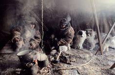 Chukchi (Russie)  http://www.affairesdegars.com/page/article/4156049920/46-photos-saisissantes-des-tribus-les-plus-reculees-du-monde-avant-elles-ne-disparaissent.html Version Voyages www.versionvoyages.fr