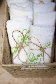 Toallas como recuerdos de boda con los nombres de los novios bordados /  Towels as souvenirs wedding with names embroidered groom and bride