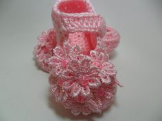 Feito em linha de algodão. <br>0 a 3 meses - 9 cm (sola) <br>3 a 6 meses - 10 cm (sola) <br>6 a 9 meses - 11 cm (sola)