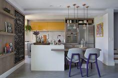 Apartamento de 90 m² da atriz Paloma Bernardi tem revestimentos em estilo industrial e decoração colorida