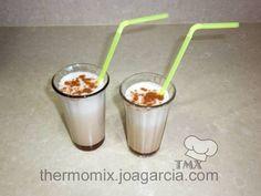 La leche preparada, o merengada, es muy refrescante a cualquier hora del día, con ese toque a canela y limón está deliciosa. Se puede hacer granizada, o simplemente fría.