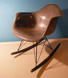 Rocking armchair, R. & Ch. Eames, 1ère édition Zenith avec pourtour en corde de chanvre (rope edge) et patins d'origine, 1950-1953.