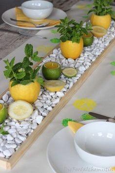 Zitronen-Minz Tischdeko - Fruchtig, frische Sommer Tischdeko… Was für tolle, frische Farben… dieses Gelb und Grün mit Weiß kombiniert… da wirds einem gleich angenehmer, bei heißen Sommertagen ( wenn sie de… ループを横からスレッドに通します。 - Summer Table Decorations, Decoration Table, Italian Party Decorations, Mint Table, Deco Floral, Centre Pieces, Tablescapes, Flower Arrangements, Diy Home Decor