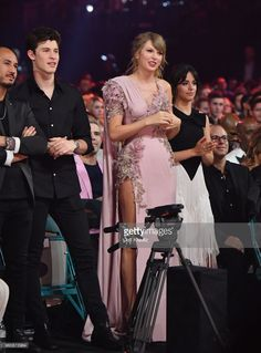 Recording artists Shawn Mendes from L), Taylor Swift and Camila Cabello attend the 2018 Billboard Music Awards at MGM Grand Garden Arena on May 2018 in Las Vegas, Nevada. Shawn Johnson Quotes, Shawn Johnson Body, Shawn Johnson Wedding, Shawn Taylor, Shawn Mendes Taylor Swift, Shawn Mendes 3, Shawn Mendes Girlfriend, Live Taylor, Taylor Swift Tumblr