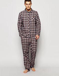 Pyjamas von Esprit weicher Baumwollflanell Langärmliges Hemd breiter Kragen Knopfleiste Brusttasche Hose mit Kordelzug Seitentaschen lockerer Sitz Maschinenwäsche 100% Baumwolle Unser Model trägt Größe M und ist 185,5 cm/6 Fuß, 1 Zoll groß