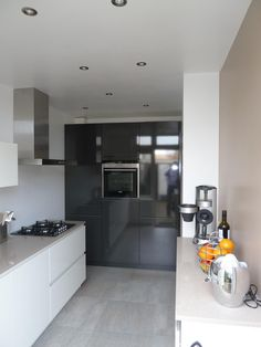 Greeploze keuken in twee kleurstellingen.Hoge kasten in hoogglans stratusgrijs. En keukenblok in hoogglans wit. - in Eindhoven