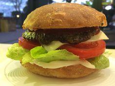 Panino Artigianale con cuore di bacon farcito con Hamburger di vitello,pomodoro fresco,insalata,formaggio e salse.