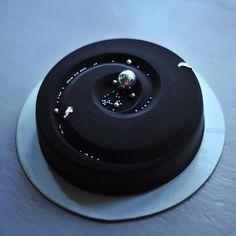 Наверное, самая популярная форма. И цвет этот довольно популярен.  А я заказы раздала, несколько тортиков залила и спешу купить ещё морозильник. А потом ещё пару-тройку-четвёрку дел сделаю. Завтра тоже будет денёк огого! Но я всё сумею, всё смогу. / Going to buy another freezer. ❄️ #heavensweets #goonnie_cake #chocolatejewels #pastry_inspiration #торт #таганкаторт #тортназаказ #москва #таганка