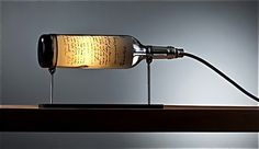Elegantes lámparas con botellas de vino recicladas