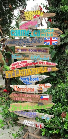 Destination Driftwood Travel Sign with destinations and mileage. Price is per sign. INCLUDES POST Señal de viaje personal de madera flotante con destinos y Painted Driftwood, Driftwood Art, Driftwood Signs, Wood Crafts, Diy And Crafts, Diy Wood, Outdoor Acrylic Paint, Outdoor Painting, Directional Signs