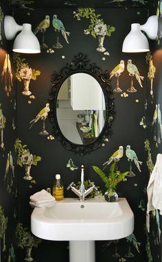 重厚感のあるデコラティブなミラーも、小鳥の壁紙で可愛く。シックだけど重たすぎないバランスがハイレベルです!