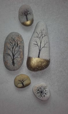 Arbres sur galets dessin encre de chine or pierre Stone Painting, Pebble Painting, Pebble Art, Rock Painting, Stone Crafts, Rock Crafts, Fun Crafts, Arts And Crafts, Painted Rocks