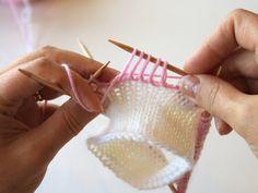 kukkaraita eli venäläinen pitsikukka Crochet Stitches, Knit Crochet, Knitting Socks, Fingerless Gloves, Arm Warmers, Minecraft, Crocheting, Knit Socks, Fingerless Mitts
